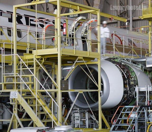 JAL 整備工場 エンジンも中を明けて整備