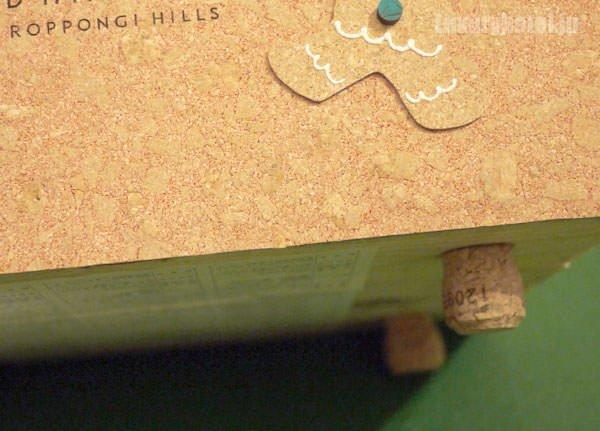グランド ハイアット 東京 クリスマスハンパーのボックス 底面の足もコルク