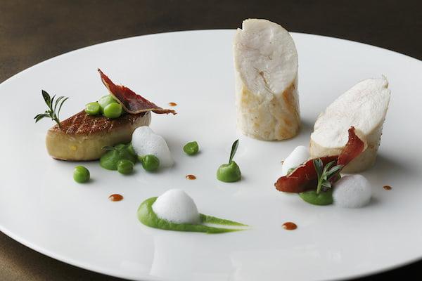 フランスブレス産鶏胸肉を優しく火入れしてフォアグラのポワレ
