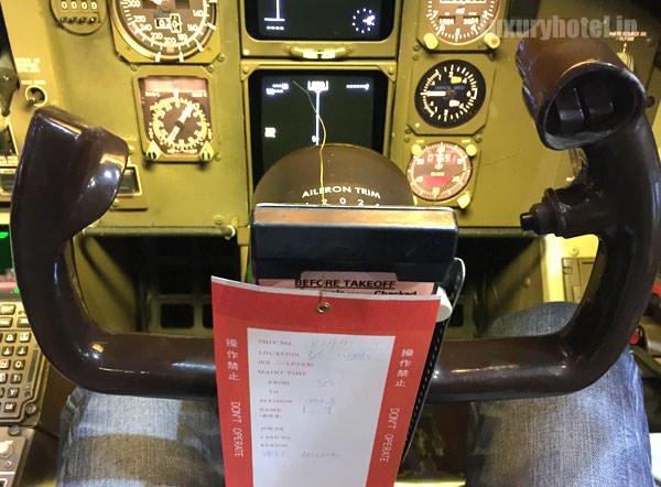 コクピットの椅子に座ると操縦桿が空すぐ近く
