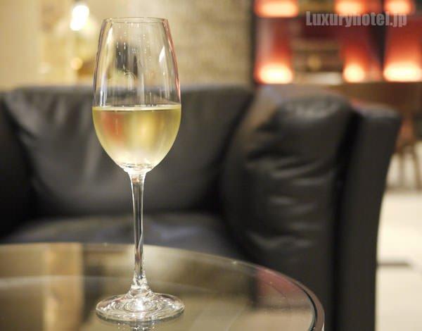 「ローラン・ペリエ」のシャンパンを注いだ画像