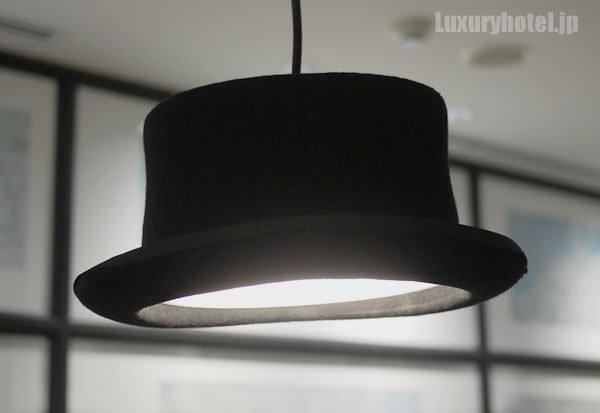 プレイルームの照明はランプシェードがシルクハットの形をしている