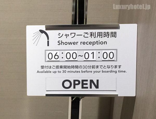 通路を過ぎるとシャワー室がある