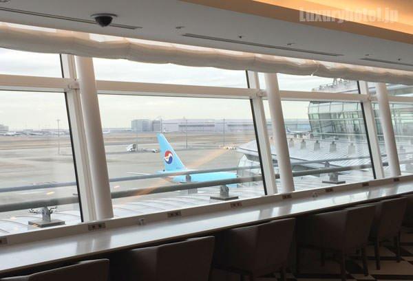 窓からは飛行場を飛び交う飛行機を見ることができます