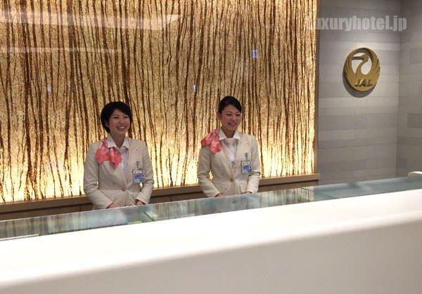 JAL国際線サクララウンジ 受付の女性