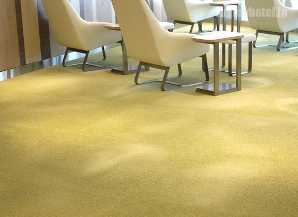 絨毯は芝生の丘をイメージした緑色