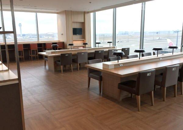 JAL国際線サクララウンジの食事スペース 椅子とテーブル