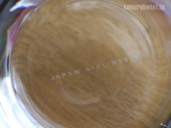 グラスの底にはJALのロゴ