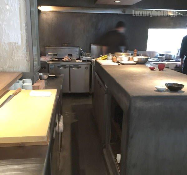 「HIGASHI-YAMA Tokyo」オープンキッチン