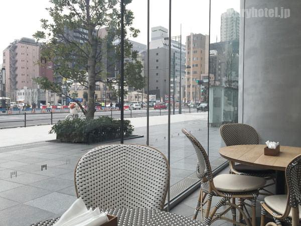 ガラス張りなので、通りを眺めながら食事ができる