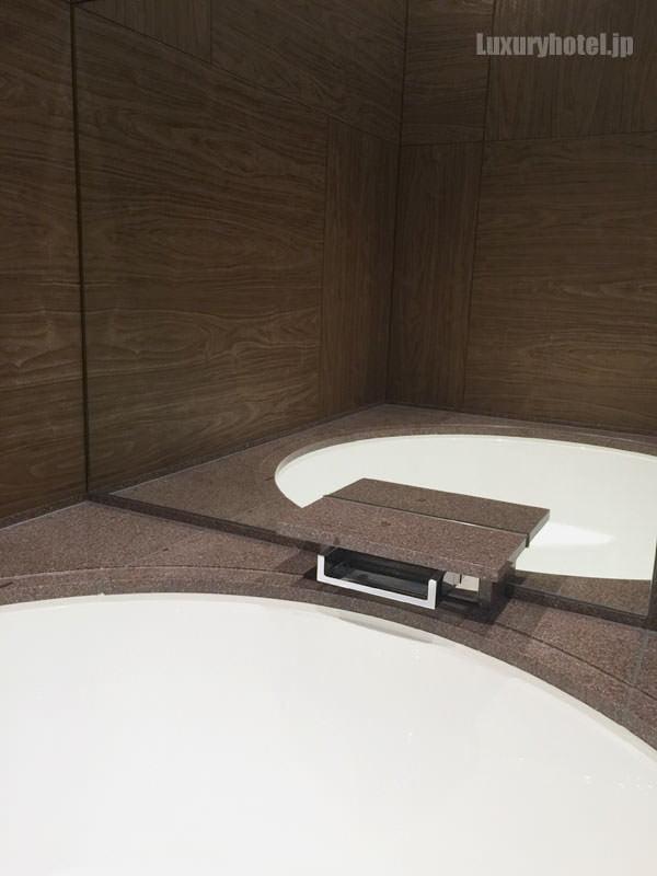 バスタブの向かい側の壁は鏡になっている