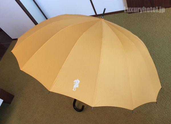 傘を広げてみました アンダーズ 東京のロゴ入り