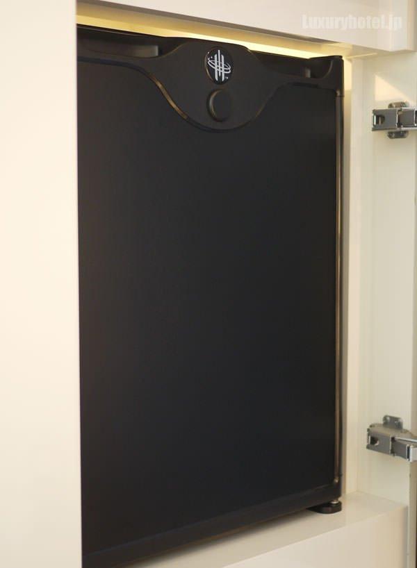 扉を開けると冷蔵庫があります