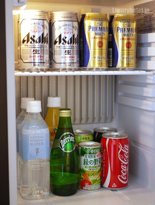 ミニバーの冷蔵庫の中にあるドリンク類