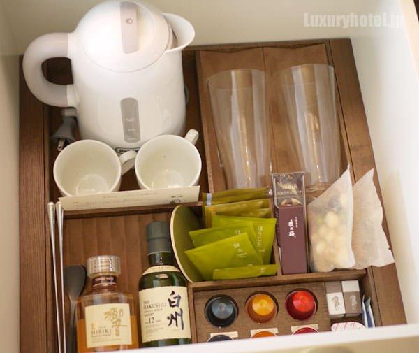 引き出しの中には、食器類とスイーツ、Nespresso用のコーヒー
