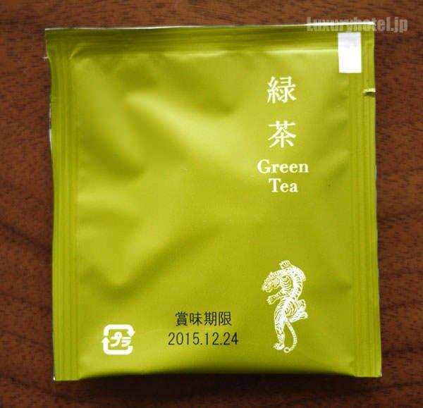 緑茶にはホテルのロゴが入っている。