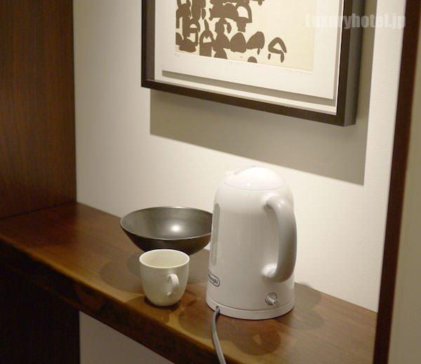 ミニバーはお茶を作るスペースがないので近くの棚が重宝する