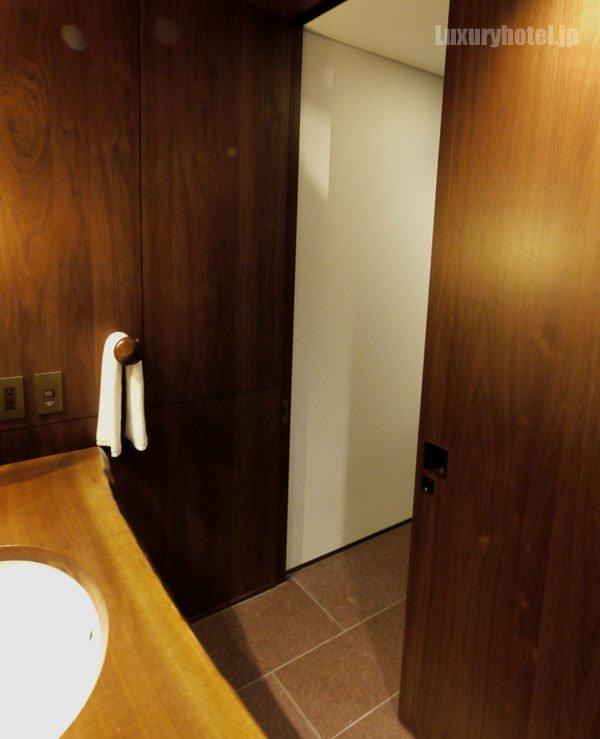 アンダーズ 東京 のトイレは洗面所の後ろにあります