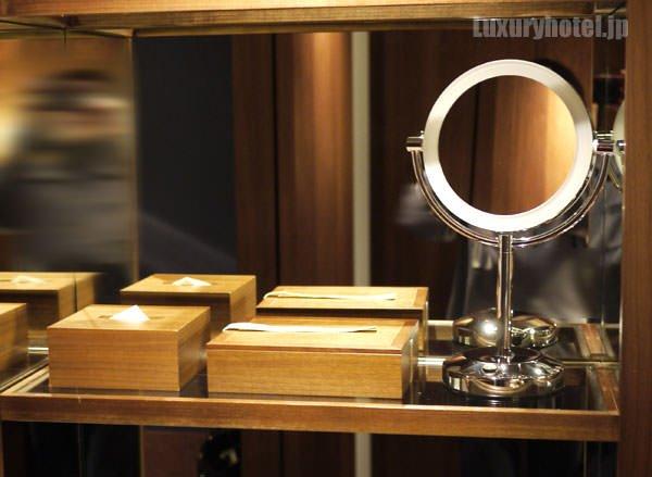 棚の上段には木の箱と拡大鏡