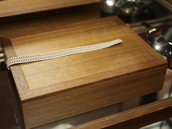 アメニティボックスも木製の箱