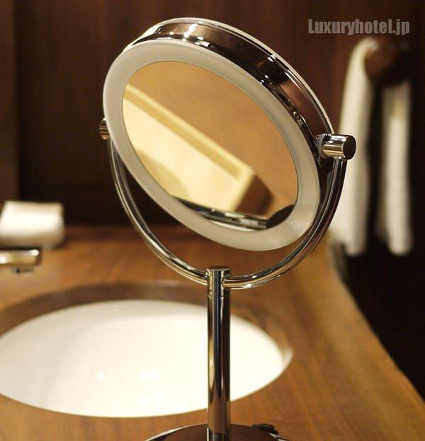 拡大鏡の裏側も鏡になっている