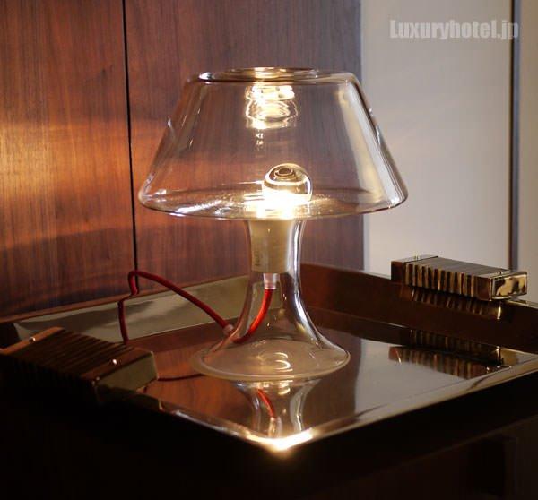 部屋にあるガラスのシェードランプ「Classic One Table Lamp」