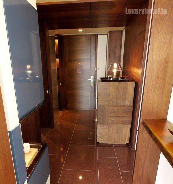 アンダーズ キングの部屋 ベッドルームからドア方向を撮影