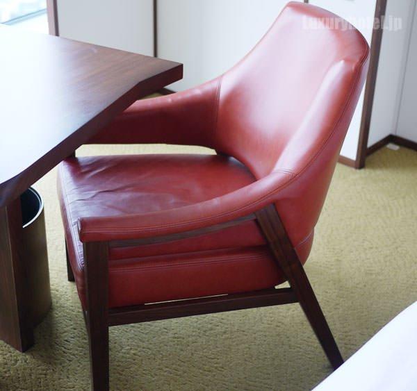 椅子は革張りで座り心地はいい
