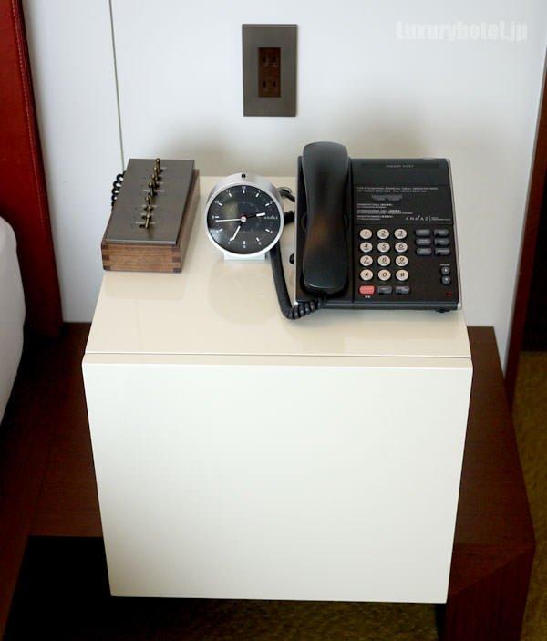 入り口側のベッドサイドには、電話と目覚まし時計とスイッチボックス