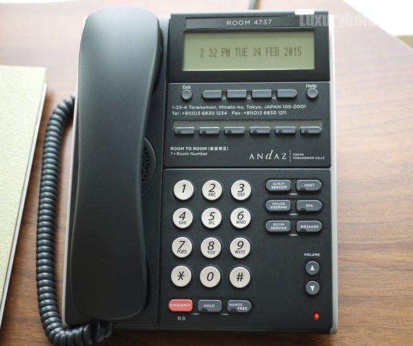 テーブルの電話機