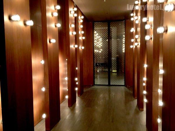 入り口を入ると派手な照明