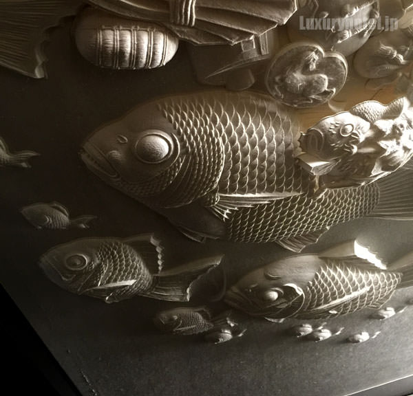 和菓子の木型から型どった和紙による作品が飾られている