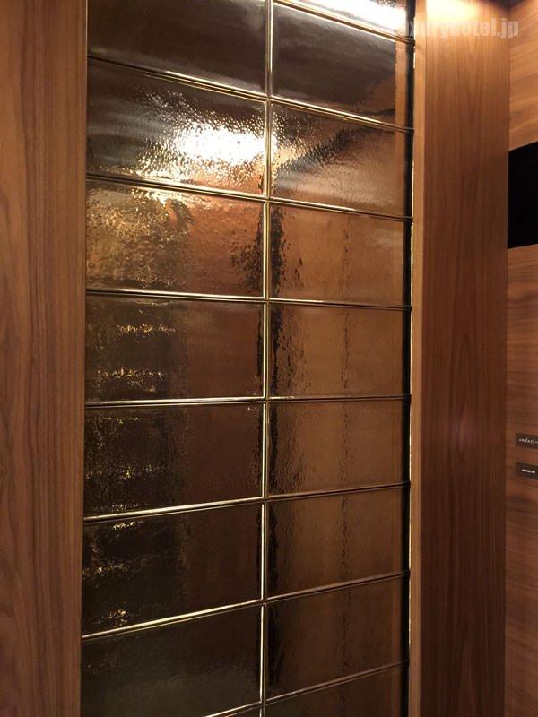 エレベーター側面は金ぴかのデザイン
