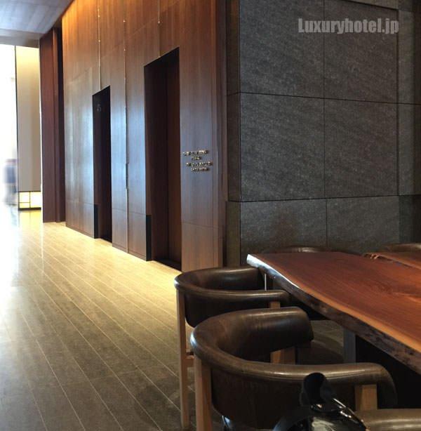 宿泊ゲスト専用ラウンジの左側に部屋へ続くエレベーターがある