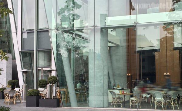 入り口の先にはカフェ「BeBu」がある