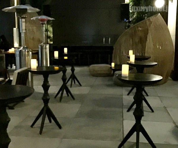 ルーフトップバーの中、立ち飲みのテーブルもある