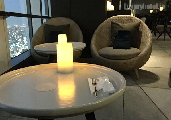 ソファ席のテーブル。可愛い形のソファもある
