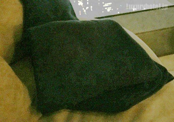 ソファには膝掛けもあるけど寒い
