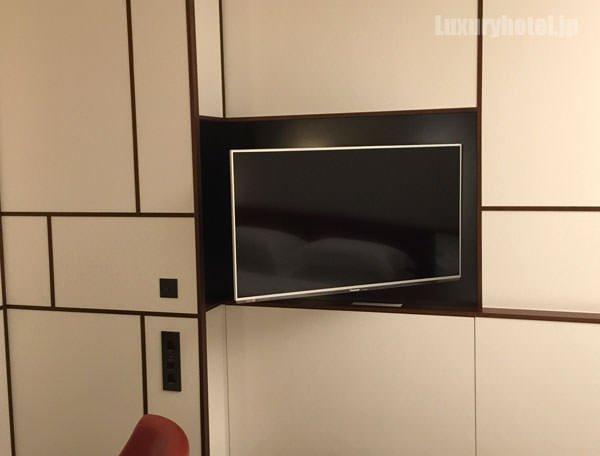 ターンダウン後、テレビはベッドの方を向いていた