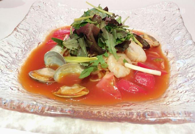 トマトスープ冷麺 シーフード入りサラダ添え ~海洋性コラーゲン麺~