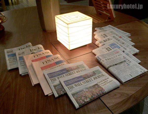 アンダーズ 東京 宿泊者専用ラウンジには新聞が用意されている