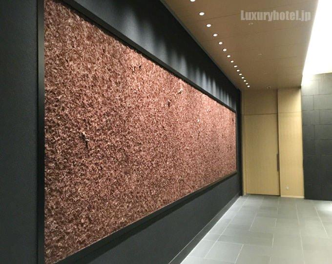 アマン東京1Fエレベーターホールにある 挾土秀平氏のアート「晩秋の林を歩く」