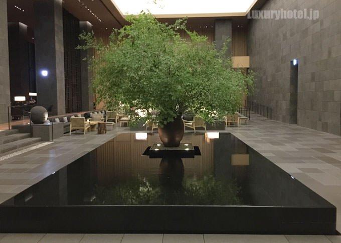 ガーデンレセプションの中央に鎮座する池が印象的