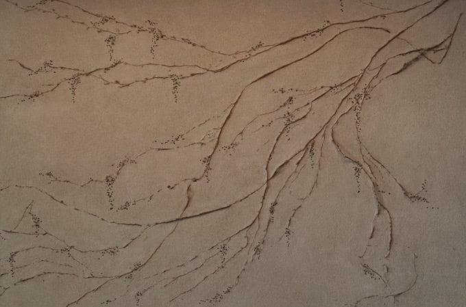 レセプションデスクの後ろにある挾土秀平さんの作品「11月の蔓」
