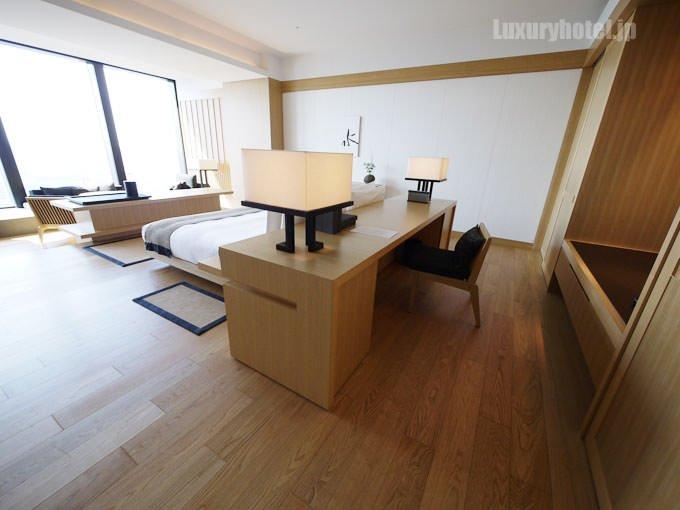 アマン東京 デラックスルームの客室入口から見た部屋の中