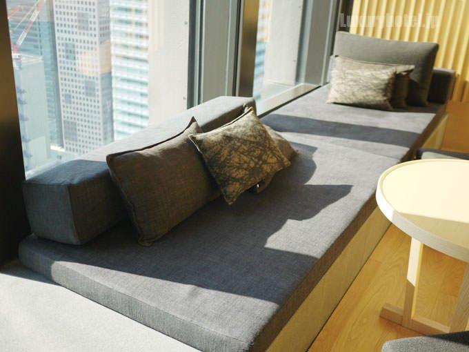 窓際にある大きなソファー 寝そべることができる