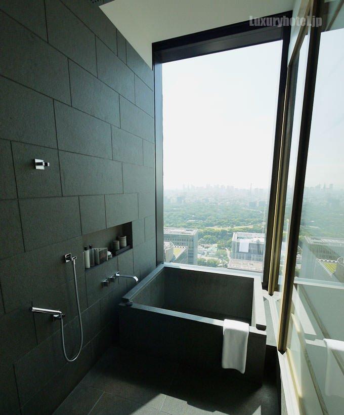 バスルームの浴室と洗い場