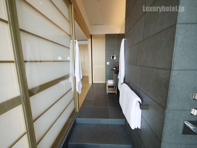 浴室側から洗面所を撮影 奥にトイレがある