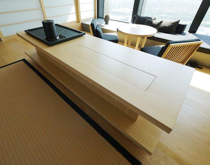 ベッドの足元にはミニバーを兼ねたテーブル