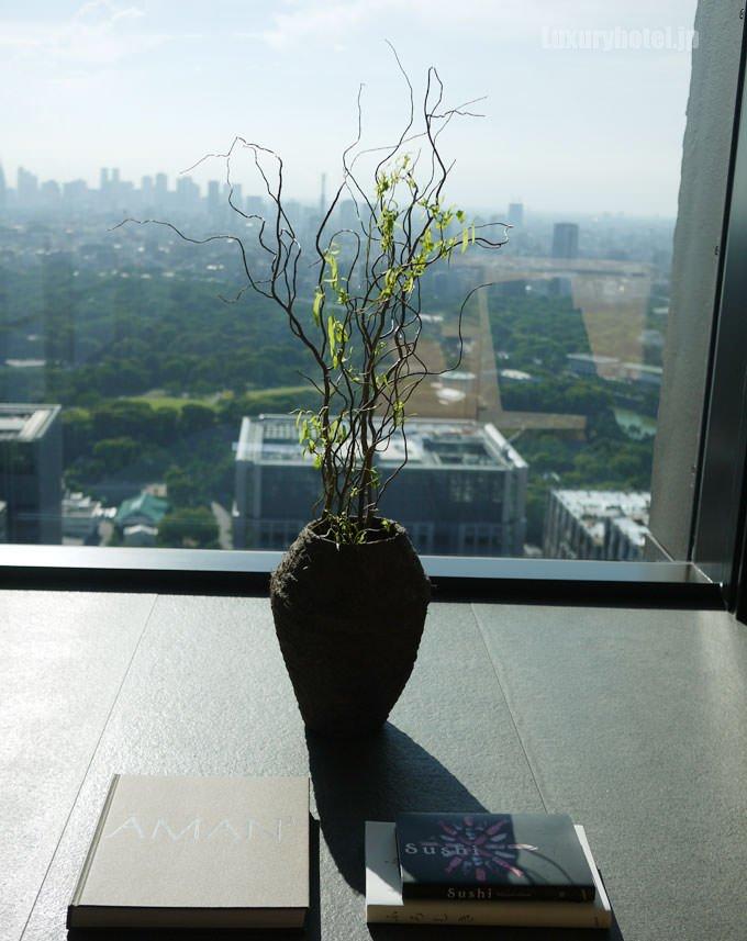 窓際に飾られた生花